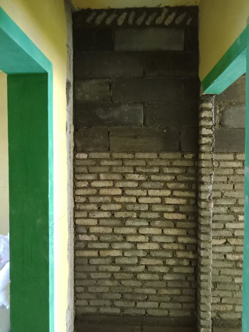 新切墙体,置入钢筋,挂网,防止开裂脱落