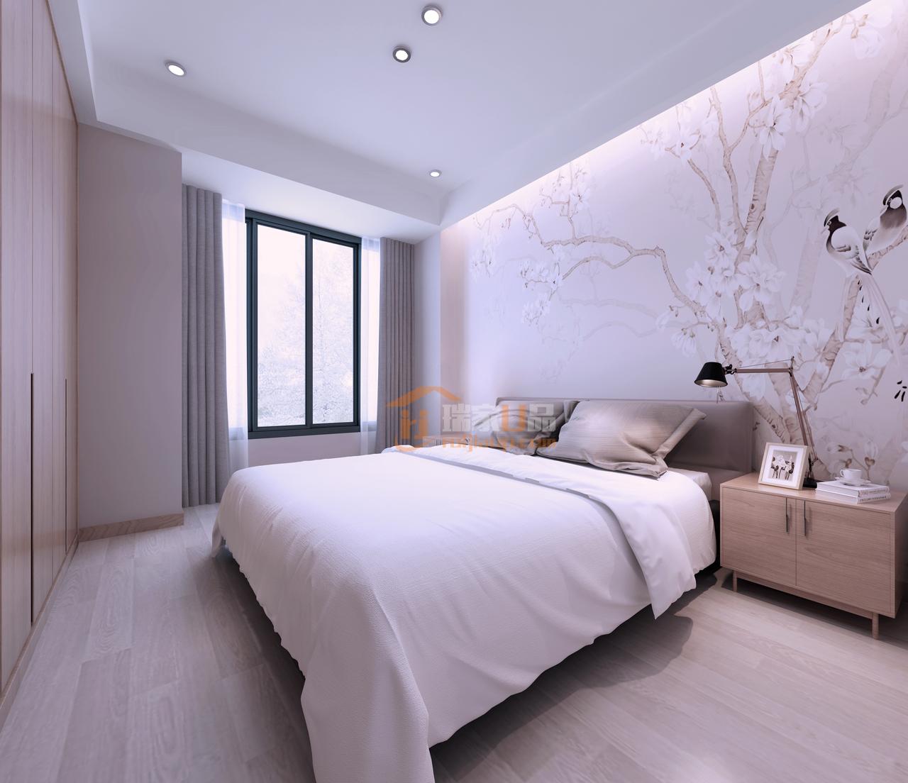 精致的桃花床头背景,以及灯光的巧妙设计,显得整个卧室都很温馨。